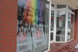 Homofobiczny napis na szybie biura poselskiego Moniki Rosy w Katowicach. Tęczowa flaga zbulwersowała wandali
