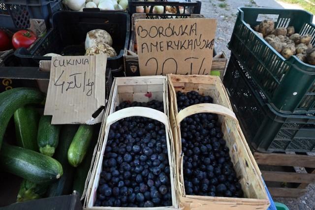 """Ceny warzyw i owoców na olkuskim targowisku """"Emalia-Pakuska"""" nie są już tak szokujące jak kilka tygodni temu, czyli w na początku maja 2021"""