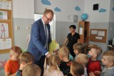 Wojciech Bakun odwiedził przedszkole i szkołę, gdzie przeprowadzono remonty