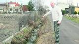 Woda z rowu zalewa posesje przy ul. Wiejskiej. Mieszkańcy udrożniają rowy na własną rękę