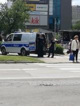Interwencja policjantów na skrzyżowaniu nieopodal kieleckich bazarów. Kogo zatrzymali?