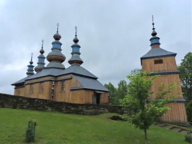 awna greckokatolicka cerkiew parafialna pw. Opieki Matki Bożej w Komańczy, następnie prawosławna cerkiew filialna (spalona w 2006 r., obecnie zrekonstruowana).  Pierwotna cerkiew, wzmiankowana już w 1565 r., spłonęła w 1800 r. Kolejna wybudowana została w 1802 r. jako greckokatolicka świątynia parafialna. W 1832 r. snycerz i malarz Afanazy Rużyłowicz wykonał ikonostas (znane są również nazwiska malarzy, którzy stworzyli ikony ikonostasu). W roku 1834 postawiono dzwonnicę bramną, a w 1836 r. do sanktuarium od wschodu dobudowano zakrystię. Cerkiew była wielokrotnie remontowana. Po 1956 r. do wsi powróciła znaczna cześć wysiedlonych mieszkańców. W 1962 r. erygowano parafię prawosławną. 13 IX 2006 r. cerkiew wraz z wyposażeniem spłonęła (uratowano jedynie stojącą nieopodal drewnianą dzwonnicę). W 2010 r. konsekrowano odbudowaną świątynię.