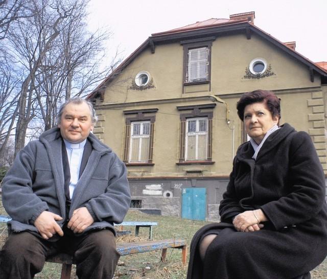 Ks. Piotr Schora i Grażyna Chorąży przed willą, obok której zostanie wybudowany pawilon