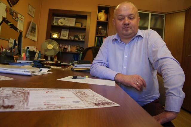 Dyrektor Grzegorz Königsberg ma do załatwienia problem z parkietem w hali sportowej