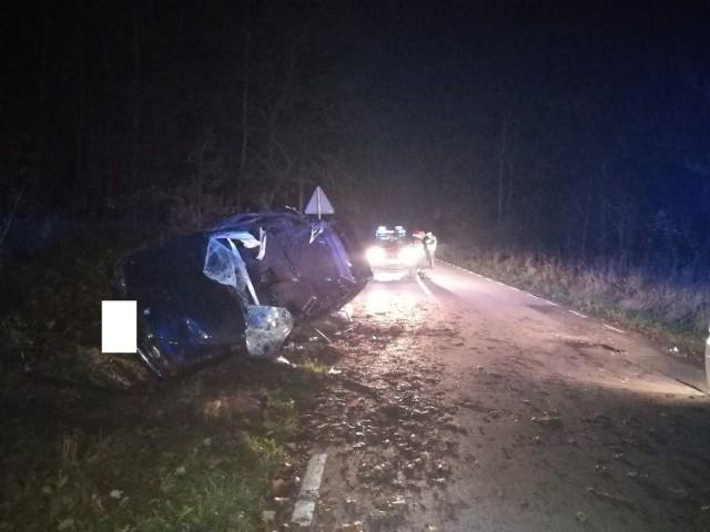 Kierowca BMW, które dachowało w Nowejwsi Chełmińskiej, trafił do szpitala w Grudziądzu