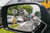 """Zmiany w kodeksie drogowym. Koniec z jazdą """"na zderzak""""? Rząd pracuje nad zmianą przepisów"""