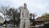 Planty miejskie w Kaliszu. Pomnik Adama Asnyka odzyskał biały kolor ZDJĘCIA