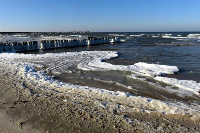 W tym roku zima nie dotarła na Pomorze. Śnieg i lód gościły jednak o tej porze na usteckiej plaży 3 lata temu.