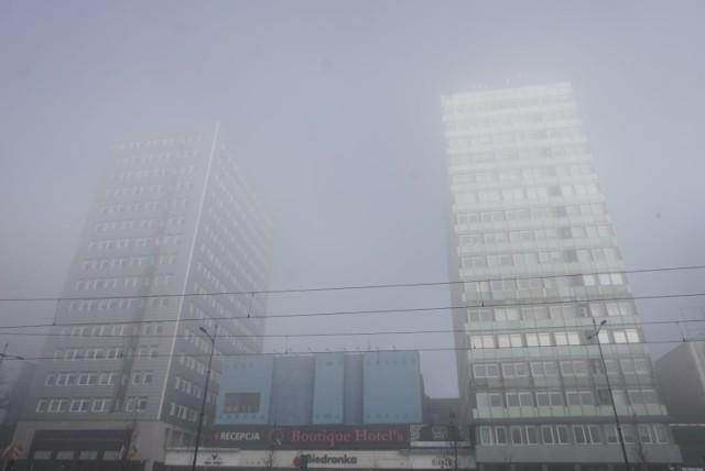 """W środę oficjalny profil Łodzi na Facebooku, podlegający władzom miasta, dwukrotnie opublikował posty związane z poranną mgłą. Jeden z nich, z podpisem """"Niebiańska Łódź"""", był namową do rozpoznawania charakterystycznych dla miasta budynków. Działający w Łodzi aktywiści skrytykowali administratorów profilu – bo, jak stwierdzili, miasto rano okrył po prostu smog. I nie ma się czym chwalić.   >>> Czytaj więcej przy kolejnej ilustracji >>>   Na zdjęciu poranek w Łodzi uchwycony przez naszego fotoreportera. Zdaniem miejskich aktywistów, to wcale nie jest obrazek, z którego można się cieszyć..."""