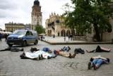 """""""Albo węgiel, albo my"""". Młodzieżowy Strajk Klimatyczny zorganizował protest w Krakowie. W tle spór o kopalnię w Turowie [ZDJĘCIA]"""