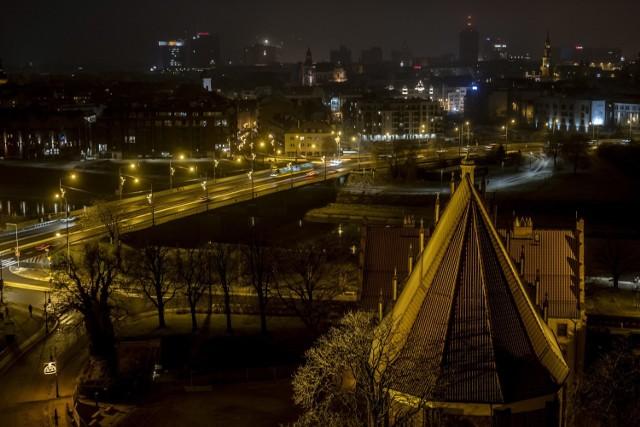 Czy patrząc na wieżę katedry zastanawialiście się, co z niej widać? Jaki jest widok z samej góry? Spójrzcie, co wieczorem można z niej dojrzeć! W pierwszy wieczór nowego roku 2021 - tak pięknie rysuje się oświetlony Poznań zimową porą!  Zobacz zdjęcia --->
