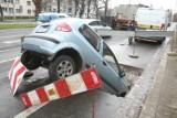 Wrocław. Samochód wpadł do wielkiej dziury na al. Hallera. Zobacz zdjęcia!