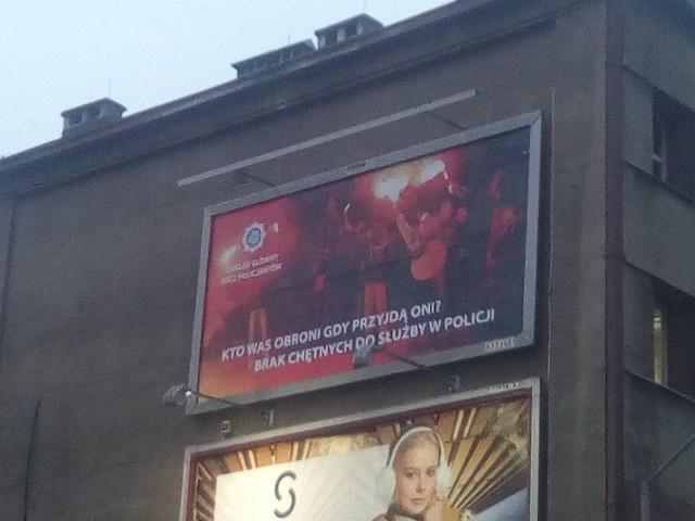 Pseudokibice na billboardzie w ramach kampanii policyjnych związkowców