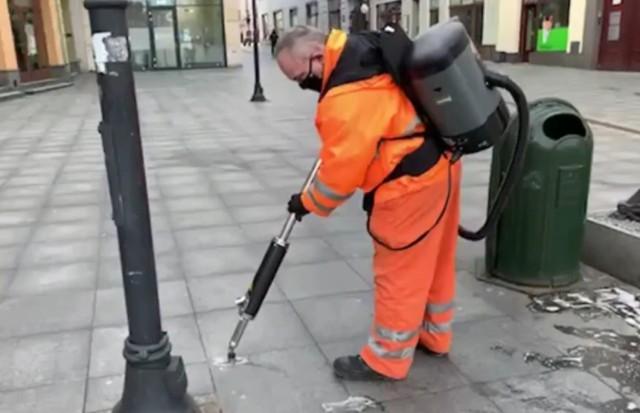 Zaczęło się usuwanie wyplutych gum do żucia ze Śródmieścia Bydgoszczy