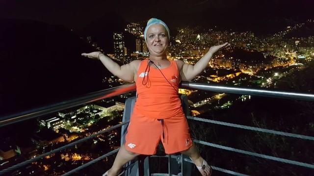 Justyna Kozdryk na tle nocnej panoramy Rio de Janeiro podczas paraolimpiady 2016.