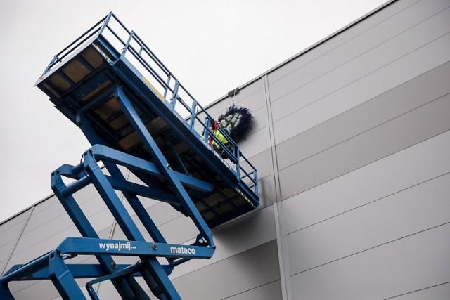 W gronie pracowników Volkswagen Poznań, przedstawicieli firmy budowlanej oraz gości zarząd Volkswagen Poznań i dyrekcja zakładu uroczyście zawiesili wiechę na nowo-powstającej hali logistycznej w poznańskim Antoninku.
