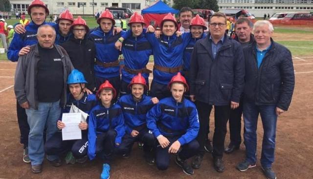 """Tak strażacka """"młodzieżówka"""" z Nowego Korczyna fetowała zajęcie drugiego miejsce w europejskich zawodach na Słowacji."""