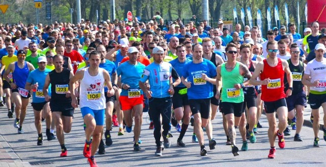 Festiwal Biegów Polski Północnej to jedna z najważniejszych imprez biegowych na Pomorzu. W minionym roku, na starcie biegów we Wdzydzach stanęło blisko 2 tysiące osób. W tym roku, mimo ograniczeń, ta ważna impreza się odbędzie, ale będzie miała charakter wirtualny