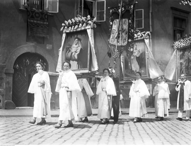 Procesja to nieodłączna część święta Bożego Ciała, które w Polsce ma bardzo długą tradycję. Zobacz, jak obchodzono je przed laty. Archiwalne zdjęcia robią wrażenie.  Kraków, 1934. Fragment procesji Bożego Ciała.