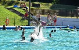 Afrykańskie upały w Tarnowie. Wiele osób szuka w tych dniach ochłody na basenie letnim u stóp Góry św. Marcina [ZDJĘCIA]