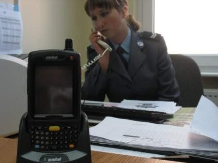 Takie małe urządzenie w rękach chojnickiego policjanta powie mu wszystko o zatrzymanej osobie Fot. Maria Sowisło