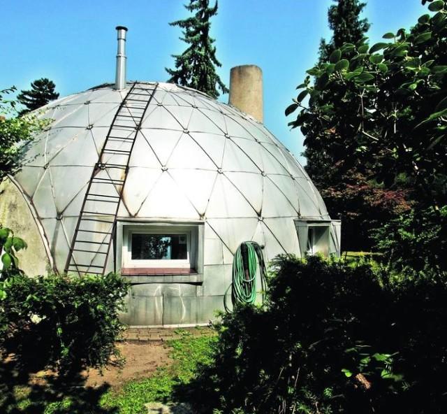 Dom przy ul. Moniuszki zaprojektowany przez wrocławskiego architekta prof. Witolda Lipińskiego (zaprojektował też obserwatorium meteorologiczne na Śnieżce!) w latach 60. był jednym z najbardziej oryginalnych domów jednorodzinnych w Polsce.  Ma półkoliste sklepienie o średnicy 10 m z dostawionym drugim obiektem w kształcie półwalca eliptycznego, w którym znajduje się garaż oraz pomieszczenie gospodarcze. Oba elementy połączone są przeszklonym przedsionkiem prowadzącym także do oranżerii na tyłach domu. Chcielibyście w takim zamieszkać?  Zobacz więcej na kolejnym slajdzie