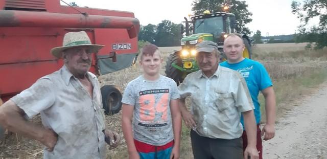 Zenon Kaczmarek, Wiktor Kaczmarek, Roman Grela i Damian Grela w niedzielę kosili pszenżyto.