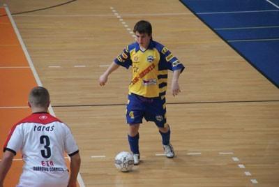 W żółto-niebieskim stroju z nr 4 Kamil Pardała, zawodnik Szóstki Będzin