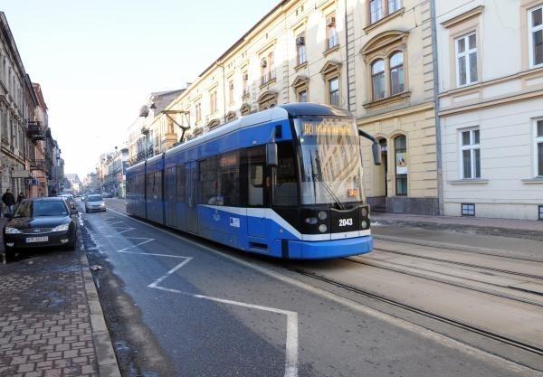 Krakowski tramwaj  jeździ maksymalnie tylko 50 km/godz.,...