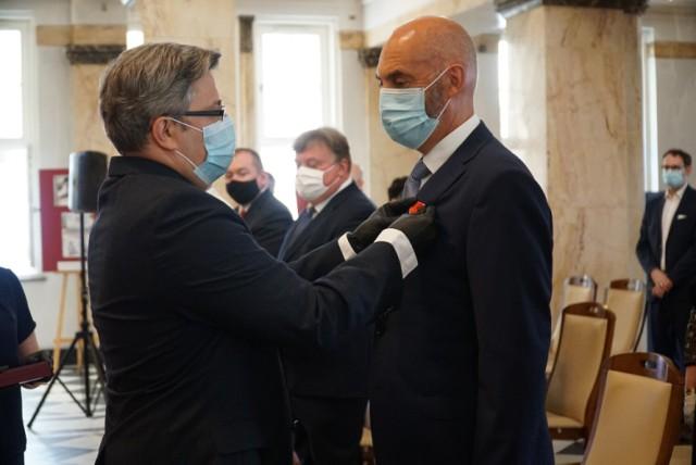 Samorządowcy z naszego województwa zostali wyróżnieni przez prezydenta RP. Wśród nich znalazł się Paweł Silbert, prezydent Jaworzna.   Zobacz kolejne zdjęcia. Przesuń zdjęcia w prawo - wciśnij strzałkę lub przycisk NASTĘPNE