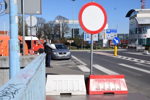 Funkcjonariusze pilnują, by mieszkańcy pogranicza nie przekazywali sobie paczek, dokumentów i innych rzeczy