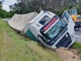 Ciężarówka z naczepą butelek wjechała do rowu w podopolskich Węgrach. Są utrudnienia na krajowej 45