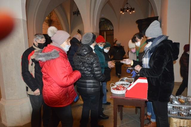 Wychodzących z katedry parafialny Caritas obdarował pączkami i słodyczami.