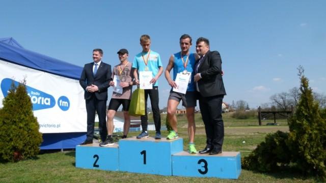 Skierniewicki Bieg Wiosny wygrał Tobiasz Olszak (Dwójka Rawa Mazowiecka). Wśród kobiet najlepsza była Monika Glonek-Sikora (WKS Koluszki).