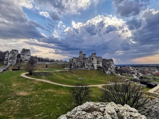 Ruiny zamku  znajdują się na Szlaku Orlich Gniazd na Jurze Krakowsko- Częstochowskiej. Oprócz odpoczynku i relaksu, wizyta w tym miejscu będzie świetną lekcją historii. Będąc w Ogrodzieńcu warto wziąć udział w imprezie organizowanej na ternie ruin. Najbliższa odbędzie się w piątek, 28.06.   Za wejściówkę trzeba zapłacić 14 złotych za bilet normalny i 9 za ulgowy.