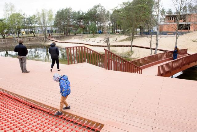 Osiedle JAR to jedno z najszybciej rozwijających się osiedli w Toruniu. Mieszkańcy przeprowadzają się tam ze względu na korzystne ceny mieszkań oraz bliskość lasu. - Gdy wybierałam swoje mieszkanie, to właśnie oferta na JAR-ze przekonała mnie najbardziej – mówiła nam w marcu Monika Madecka, która mieszka w tym miejscu od września 2019 roku.   Jednym z najważniejszych i najbardziej wyczekiwanych etapów rozwoju osiedla było zagospodarowanie turystyczno-rekreacyjne. Prace miały objąć teren o powierzchni aż 25 ha. Koszt tego przedsięwzięcia wyceniono na ok. 8,5 mln złotych.   Zobacz także: Tak wygląda Toruń w weekend! Torunianie na Barbarce i nad Wisłą. Zobaczcie zdjęcia  Prace nad projektem turystyczno-rekreacyjnego zagospodarowania terenów na osiedlu JAR w Toruniu rozpoczęły się w 2016 roku. Wtedy to zaprezentowano mieszkańcom koncepcję wyjściową dla możliwości urządzenia tego terenu. Po konsultacjach społecznych rozpoczęto prace. Realizacją inwestycji zajęła się firma Bud-Tech z Torunia. Większość robót została już wykonana. Na osiedlu powstały ścieżki spacerowe oraz trasa pieszo-spacerowa. Miasto pomyślało także o miłośnikach wycieczek rowerowych, dla których przygotowano trasę rowerową. Przy drogach i chodnikach ustawiono śmietniki oraz zamontowano oświetlenie.   Na JAR-ze powstały także ścieżki botaniczne oraz miejsca rekreacji takie jak plac zabaw dla najmłodszych oraz siłownia zewnętrzna. Zagospodarowane zostało także otoczenie stawu. Wokół zbiornika umieszczono drewniane ławki, z kolei nad wodą znalazły się pomosty.  W planach zagospodarowania turystyczno-rekreacyjnego osiedla JAR znalazła się również budowa boiska wielofunkcyjnego i boiska do siatkówki plażowej, montaż stołów piknikowych oraz do gry w ping-ponga. Projektanci nie zapomnieli o czworonogach. Dla nich miał powstać specjalny wybieg z urządzeniami treningowymi.  Początkowo planowano, że roboty na JAR-ze dobiegną końca w maju 2020 roku. Prawdopodobnie obędzie się bez opóźnień. Jak informuje prezydent