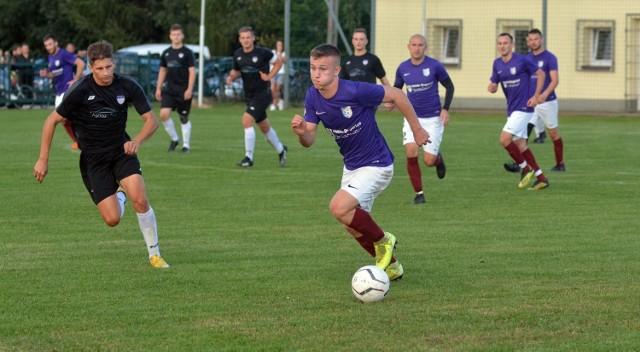 Kaskada Ostrów-Kamionka (na czarno) odniosła czwarte zwycięstwo z rzędu. W sobotę wygrała wyjazdowy mecz z Paszczyniakiem Paszczyna.
