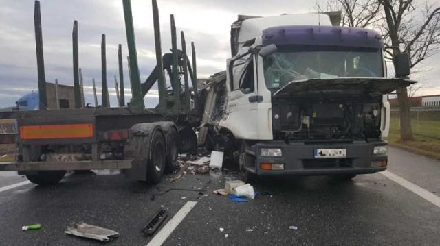 """O zdarzeniu poinformowała nas Czytelniczka. - Dwie ciężarówki zderzyły się na krajowej """"Jedynce"""" w okolicach Wagańca. Stało się to na pasie w kierunku Włocławka - relacjonuje.  Zobacz koniecznie: Śmiertelny wypadek w Toruniu. Na Trasie Średnicowej zginęła młoda kobieta [ZDJĘCIA]  Zobacz także: Toruńscy policjanci otrzymali nowe radiowozy [ZDJĘCIA]  Jak informuje dyżurny w PSP w Aleksandrowie Kujawskim, jeden z samochodów ciężarowych przewoził drewno, a drugi styropian. Jeden jechał z kierunku Torunia, a drugi z Włocławka. Do czołowego zderzenia doszło na 217 km DK nr 91. Na szczęście, obu kierowcom nic się nie stało. Droga w tym miejscu jest całkowicie zablokowana. Policja organizuje objazdy.  Polecamy: Wpadki i przestępstwa policjantów w Kujawsko-Pomorskiem    Info z Polski - przegląd najciekawszych informacji z kraju [7.12.2017]"""