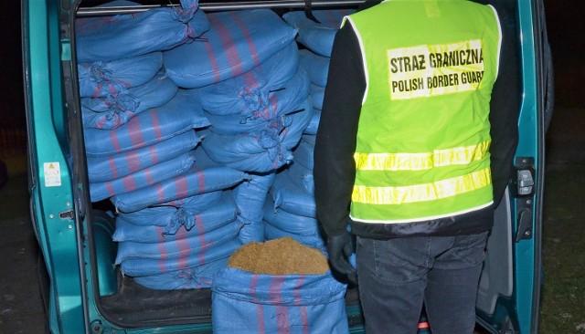 W busie należącym do mieszkańca Żurawicy znaleziono 18 worków z nielegalną krajanką tytoniową.