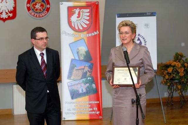 Certyfikat prezentuje dyrektor Józefa Szczurek-Żelazko