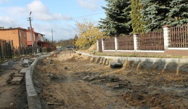 Robotnicy przed rokiem zeszli z drogi w Unisławiu. Wójt liczy, że w tym roku uda się ją wyremontować.