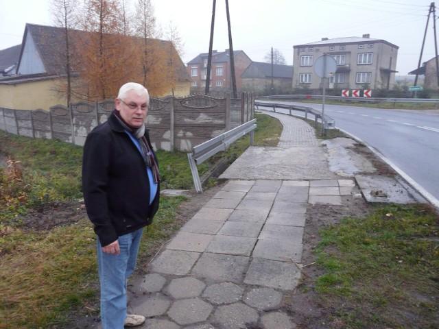 - Po chodniku w Strzelcach strach iść - pokazuje Grzegorz Michalski