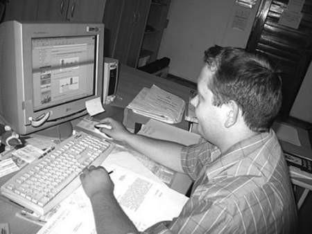 Klaudiusz Kiewlicz z Referatu Kultury przegląda wyniki ankiety.