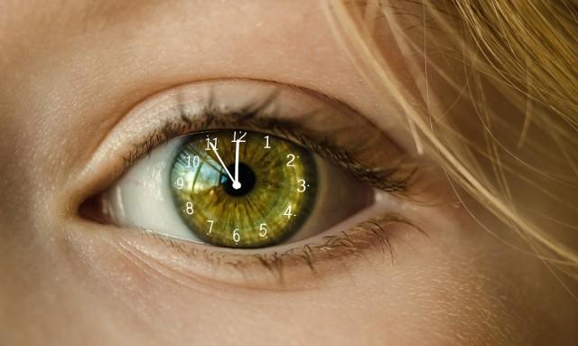 Nawet jeśli nie mamy żadnego zegarka, to nasze ciało i tak zdaje sobie sprawę z tego, jaka jest pora dnia. Jak to możliwe? Mechanizmem tym steruje nasz zegar biologiczny. W jaki sposób?   Trzech amerykańskich naukowców, którzy opisali szczegółowo to zjawisko, nagrodzono za to Nagrodą Nobla z dziedziny medycyny i fizjologii.   Na przykładzie modelu muszki owocówki badaczom udało się wykazać, że ilość promieni słonecznych, które docierają do nas w ciągu dnia, ma związek ze zmianą ekspresji genów, co w konsekwencji wpływa zarówno na rytm okołodobowy, jak i to, w jaki sposób poszczególne organy naszego ciała zostaną pobudzone do aktywności w określonym momencie.  Okazuje się, że zjawisko to może mieć związek m.in. z tym że np. rankiem jesteśmy bardziej narażeni na zawały i udary. Od ilości naturalnego światła zależy także praca naszych hormonów (zwłaszcza kortyzolu, czyli hormonu stresu oraz serotoniny, która ma wpływ na nasz nastrój).