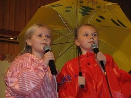 """Sosenki z WDK w Swornegaciach, czyli Natalia Hejmowska i Julia Czyrwik, w piosence """"Solo z parasolem""""."""