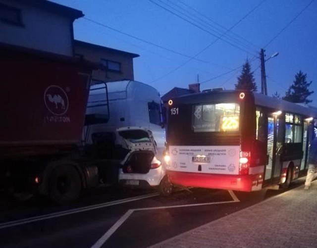 W wypadku na ulicy Rymera w Radlinie zderzyły się autobus, ciężarówka i osobówka