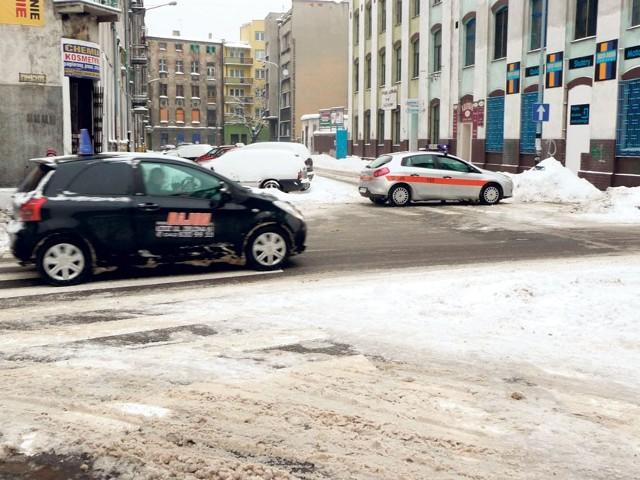 Strażnicy pilnowali od rana, by nikt nie wjechał w zamkniętą dla ruchu ulicę Lipową.