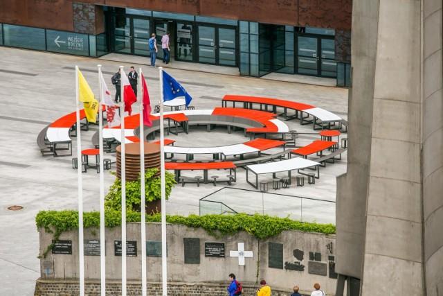 Ten trzeci okrągły stół Beata i Jarosław Szymańscy przygotowali na obchody trzydziestej rocznicy wyborów z  czwartego czerwca 1989 roku, na święto Wolności i Solidarności.  Ma stanąć przed budynkiem ECS obok fontanny.   Przy tym okrągłym stole samorządowcy podpiszą 4 czerwca 2019 r. Proklamację Wolności i Solidarności