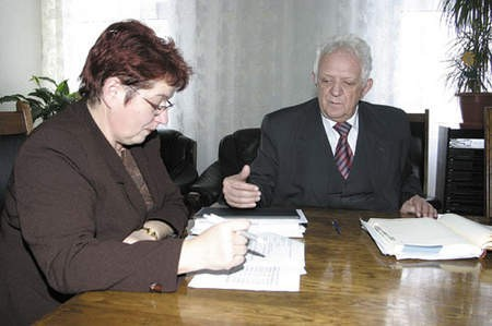 Skarbnik miasta, Janina Bronikowska-Radosz, omawia budżet z prezydentem Jerzym Talkowskim.
