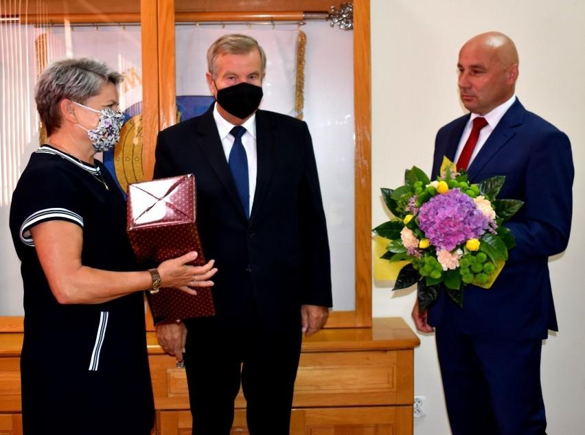 Kwiaty wręczył przewodniczący Rady Powiatu w Staszowie...